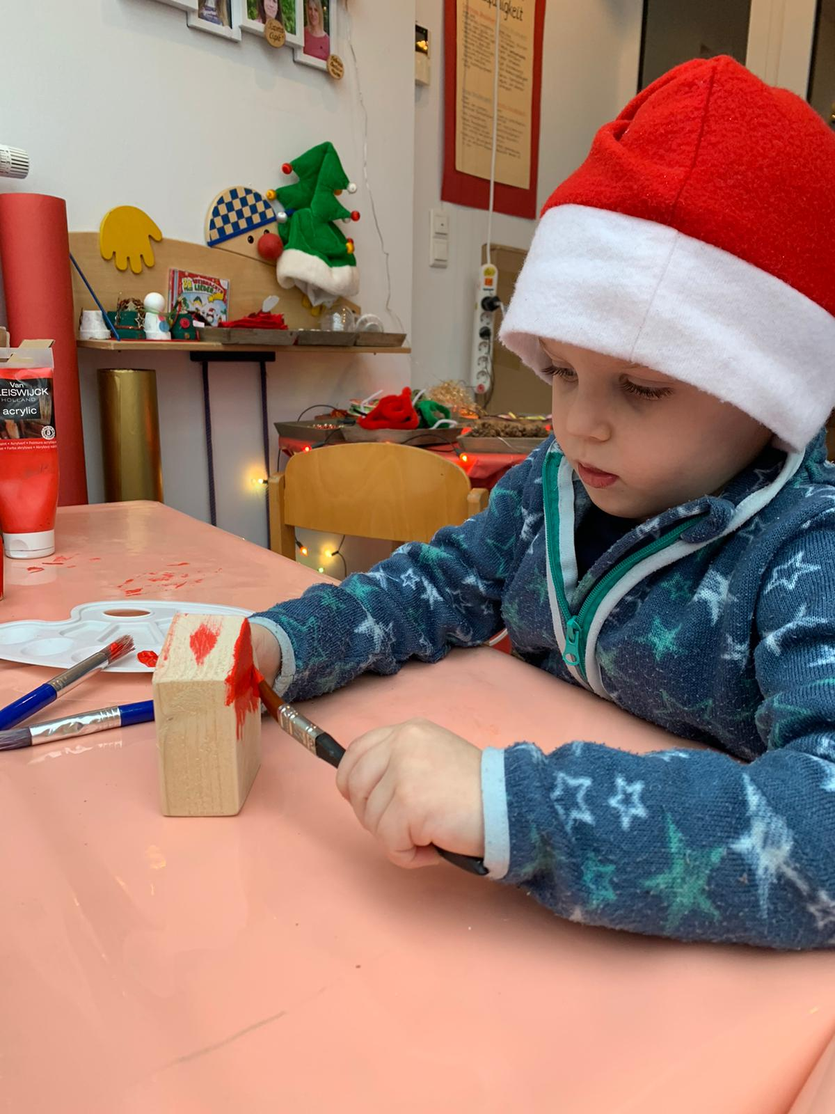 In der Wichtelwerktatt bemalen wir die Weihnachtsgeschenke für die Eltern
